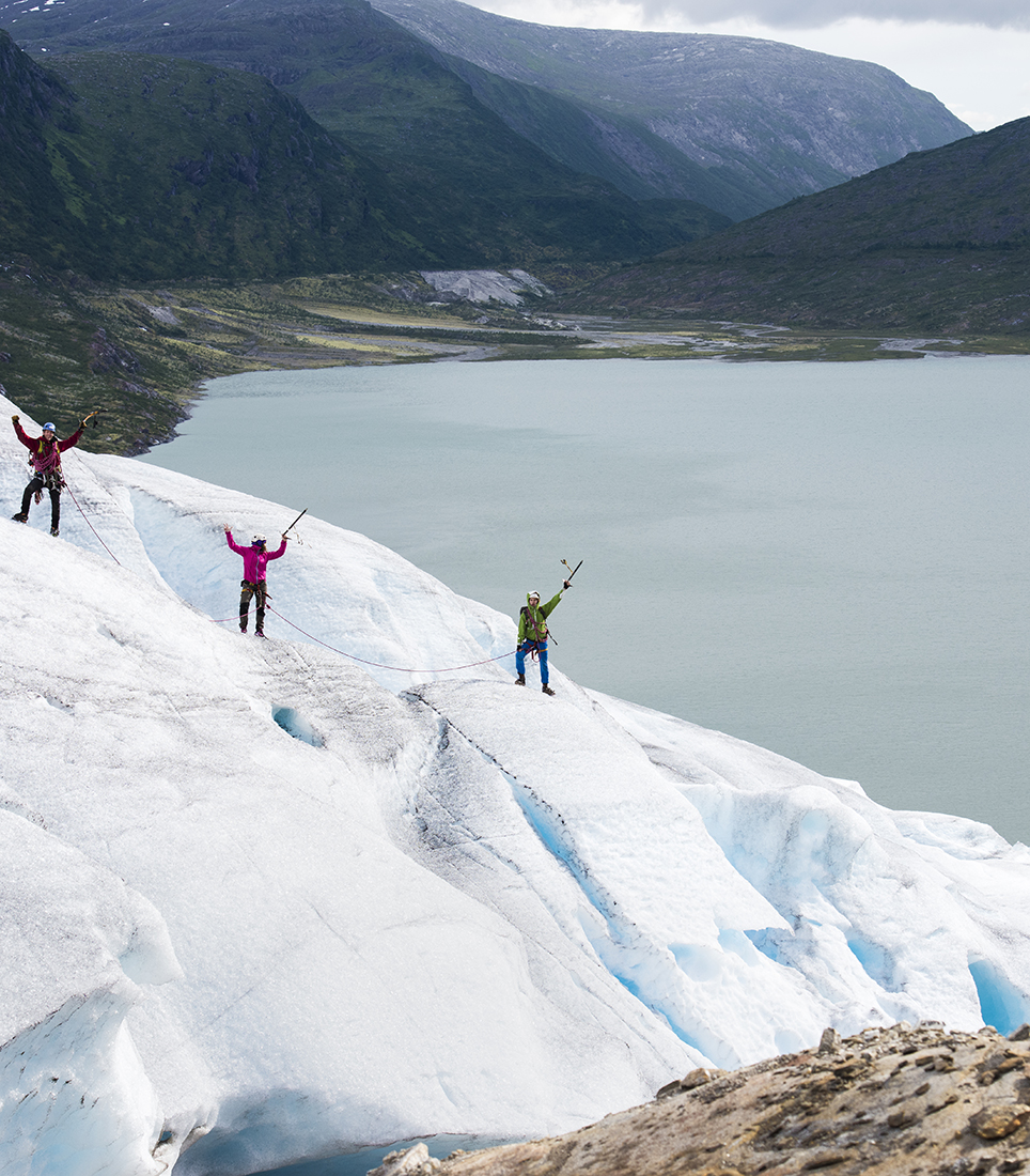 Highlight 3b - Hiking in Glaciers - Copyright CH Helgeland Reiseliv