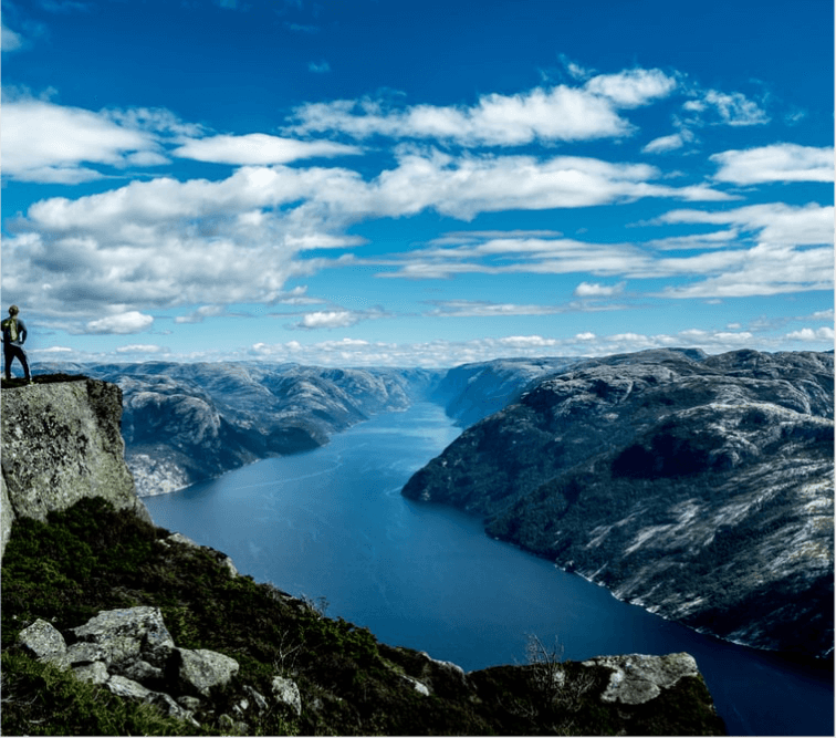 Hiking in Norway - credits Carl Cerstrand
